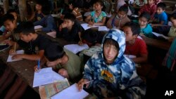 Những đứa bé Karen tại một lớp học ở trại tị nạn Mae La tại huyện Mae Sot thuộc tỉnh Tak, miền bắc Thái Lan.