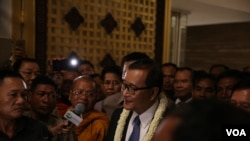 Sam Rainsy, head of CNRP, talks to reporters, at Phnom Penh International Airport, on Tuesday, November 3, 2015. (Photo: Hean Socheata/ VOA Khmer)