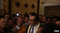 Sam Rainsy, head of CNRP, talks to reporters, at Phnom Penh International Airport, on Tuesday, November 3, 2015. (Photo: Hean Socheata/ VOA Khmer)
