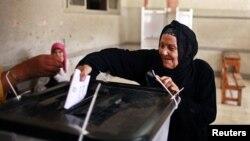 Egipćanka ubacuje listić u glasačku kutiju