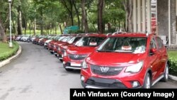 Hàng trăm ô tô Fadil, dòng xe hơi đầu tiên của Vinfast xuất xưởng, chờ bàn giao cho khác hàng tại TP HCM hôm 17/6. (Ảnh Vinfast.vn)