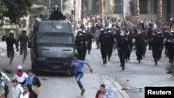 Người biểu tình bỏ chạy trong cuộc đụng độ với cảnh sát gần Quảng trường Tahrir ở Cairo, Ai Cập, ngày 28/11/2012.