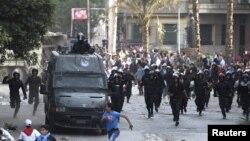 پلیس مصر در تعقیب معترضان در نزدیک میدان تحریر