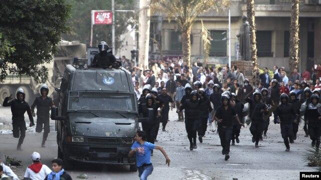 Manifestan ki tap pwoteste tonbe nan lese-frape ak lapolis tou prè Plas Tahrir la, nan vil Lekèr, mèkredi 28 novanm 2012 la.