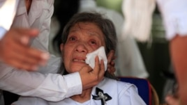 Former Social Affairs Minister Ieng Thirith, center, Ieng Sary's wife, cries during the cremation ceremony of his husband at his home of a former stronghold of Malai, file photo.