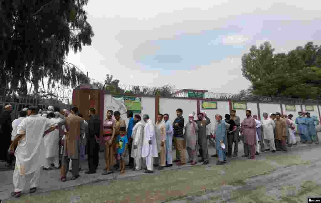 بدھ کو ہونے والی پولنگ کے دوران قومی اسمبلی کے 272 میں سے 270 جب کہ صوبائی اسمبلیوں کے 577 میں سے 570 حلقوں میں رائے دہندگان نے اپنا حقِ رائے دہی استعمال کیا۔