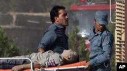 星期五在英國駐喀布爾的領館遭到襲擊後﹐有關人員搬運傷員