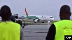Un avion de la compagnie nationale ivoirienne Air Cote d'Ivoire, un Airbus A320 de nouvelle génération, a atterri à l'aéroport Felix Houphouet-Boigny d'Abidjan, le 18 juillet 2017.