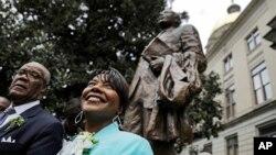 Bernice King (kanan) putri Dr. Martin Luther King Jr., berdiri di dekat patung ayahnya di Atlanta, Senin (28/8).