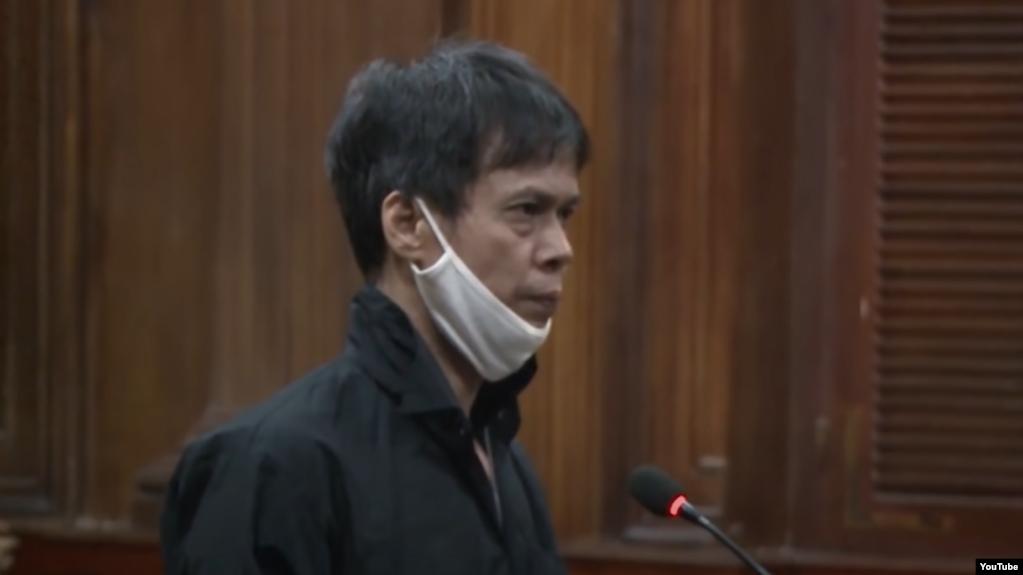 Nhà báo Phạm Chí Dũng tại phiên tòa ngày 5-1-2021 ở Tp. HCM. Photo YouTube Nguoi Lao Dong