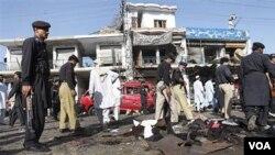 Polisi Pakistan memeriksa lokasi pemboman di kawasan perbatasan di Shabaqadar, dekat Peshawar (13/5).