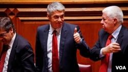 El primer ministro portugués, José Sócrates no recibió el apoyo de la oposición para su nueva propuesta y su símbolo de pulgar arriba, se invirtió y debió renunciar.