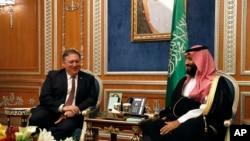 Američki državni sekretar Majk Pompeo sa saudijskim prestolonaslednikom Mohamedom bin Salmanom