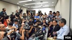 """林榮基記者會引起香港本地及國際傳媒高度關注,記者會場地""""逼爆""""。(美國之音 湯惠芸攝)"""