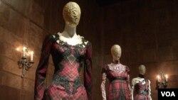 """Beberapa karya McQueen yang dipamerkan diantaranya bertema """"nasionalisme romantis"""" yang mengangkat tema negara asal leluhurnya Skotlandia."""