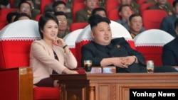 지난 2014년 4월 북한 김정은 국방위원회 제1위원장이 평양 4·25문화회관에서 부인 리설주(왼쪽)와 함께 모란봉악단의 공연을 관람하고 있다.