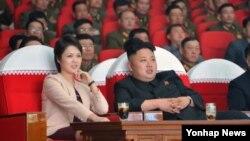 북한 김정은 국방위원회 제1위원장이 지난 22일 평양 4·25문화회관에서 부인 리설주(왼쪽), 여동생 김여정과 함께 모란봉악단의 공연을 관람했다고 조선중앙통신이 23일 보도했다.