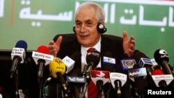 18일 타옙 벨라이즈 알제리 내무장관이 대통령 선거 결과를 발표하고 있다.