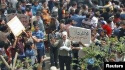 Mazu zanga-zanga suke rike da wani zanen hoton Shugaba Assad, bayan sallar jumma'a a wani gari kusa da Homs.