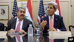 Menlu AS John Kerry didampingi Menteri Luar Negeri Irak Hoshyar Zebari menyampaikan pernyataan di Washington, Kamis (15/8) terkait peningkatan ancaman teroris al-Qaida di Irak.