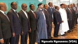 Le roi du Maroc Mohammed VI, au centre, entouré d'autres chefs d'Etat à Brazzaville, le 29 avril 2018. (VOA/Ngouela Ngoussou)