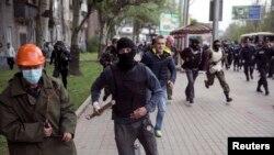 Các phần tử ly khai thân Nga cầm gậy gộc chạy về phía người biểu tình ủng hộ Ukraine tại Donetsk, ngày 28/4/2014.