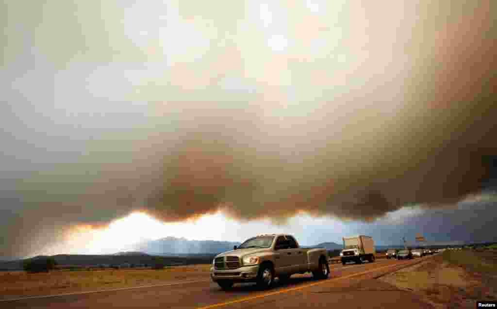 Dim lebdi iznad autoceste I-25, sjeverno od Colorado Springsa