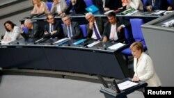 Nemačka kancelarka Angela Merkel govori u Bundestagu