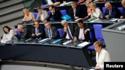 អ្នកស្រីអធិការបតីអាល្លឺម៉ង់ Angela Merkel (ស្តាំ) ថ្លែងសេចក្តីប្រកាសរបស់រដ្ឋាភិបាលអំពីផលប៉ះពាល់នៃការបោះឆ្នោតចាកចេញរបស់ចក្រភពអង់គ្លេសក្នុងសភាទីក្រុង Bundestag រដ្ឋធានីប៊ែកឡាំង ប្រទេសអាល្លឺម៉ង់កាលពីថ្ងៃទី២៨ មិថុនា ឆ្នាំ២០១៦។