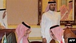 Bộ trưởng Ngoại giao Bahrain Sheikh Khaled bin Ahmad al-Khalifa, phải, trước cuộc họp của Hội đồng Hợp tác Vùng Vịnh GCC, tại Riyadh, Ả Rập Xê-út, 1/5/2011