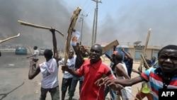 Dân trong thành phố Kano của Nigeria vác gậy gộc xuống đường biểu tình
