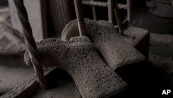 Zapatos cubiertos en cenizas en una vivienda de San Miguel Los Lotes, en Guatemala, tras la erupción del volcán de Fuego.