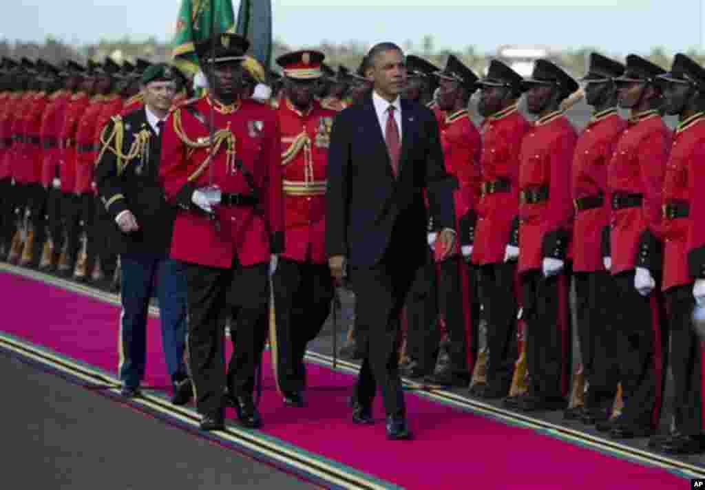 Madaxweyne Obama oo lagu soo dhaweynayo magaalada Dar es Salaam, Tanzania.