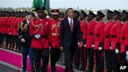 Rais Obama akagua gwaride la heshima alipowasili Dar- es-Salaam, Tanzania.