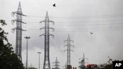 Линии электропередач в пригороде индийской столицы (архивное фото)