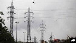Линии электропередач в пригороде индийской столицы. 30 июля 2012 г.