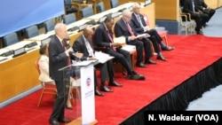 U.S. Ambassador to Kenya Robert Godec addresses the delegation in Nairobi, Kenya, and introduces President Uhuru Kenyatta, third from left.