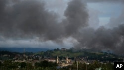 Black smoke from continuing military air strikes rises above a mosque in Marawi city, southern Philippines, June 9, 2017. Nearly every day for the past three weeks, the Philippine military has pounded the lakeside town of Marawi as it tries to wipe out militants linked to the Islamic State group.