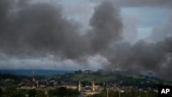 2017年6月9日,菲律宾军方持续空袭导致该国南部马拉维市一座清真寺上空浓烟滚滚。