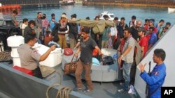 Người di cư đi tới các nước Đông Nam Á như Thái Lan và Malaysia sử dụng hộ chiếu hợp lệ rồi sau đó lên những chiếc tàu nhỏ và thô sơ để bắt đầu cuộc hải trình bất hợp pháp đến Australia