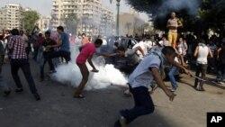 Manifestantes egipcios huyen de los gases lacrimógenos cerca de la embajada de Estados Unidos en el Cairo, el jueves 13 de septiembre.