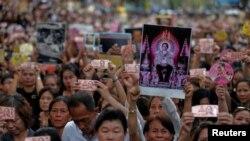 Pèp Taylandè soti nan lari ap kriye pou Wa yo ki mouri anba yon maladi. Foto: 14 oktòb 2016