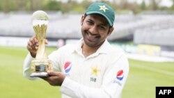 پاکستانی ٹیم کے کپتاں سرفراز احمد جیت کے بعد ٹرافی کے ساتھ