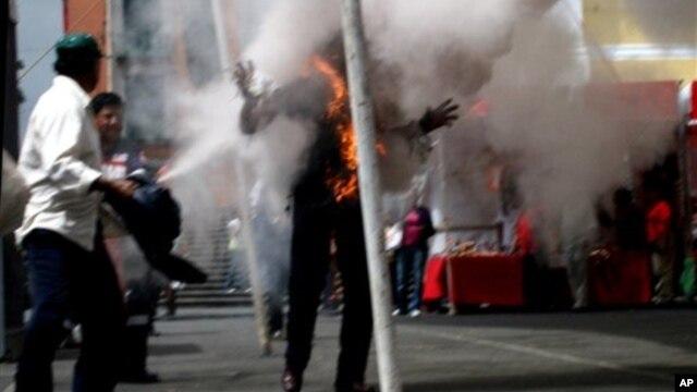 Gần 100 người Tây Tạng đã tự thiêu kể từ năm 2009 để phản đối điều họ coi là sự nắm quyền mang tính áp bức của Trung Quốc ở các khu vực sinh sống của người Tây Tạng.