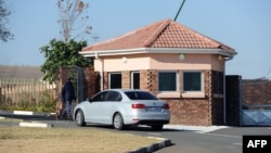 Xe chở những người lớn tuổi trong gia đình đậu bên ngoài tư gia của ông Mandela ở Qunu, ngày 25 tháng 6, 2013.