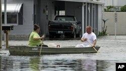 """熱帶風暴""""戴比""""為佛羅里達州帶來大雨﹐居民用小艇代步。"""