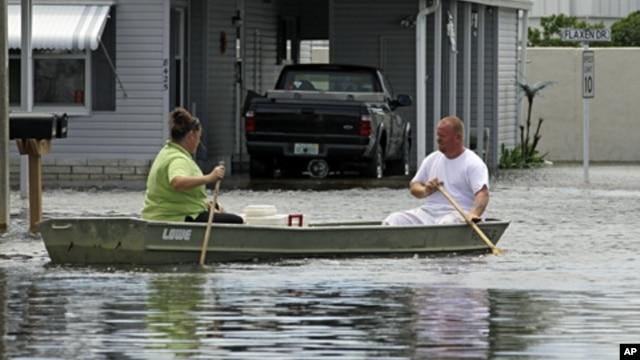 Đường ở vùng New Port Richey của Florida ngập nước sau khi bão Debby thổi qua, cư dân phải di chuyển bằng thuyền