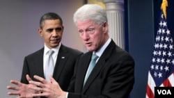 Presiden Barack Obama bersama mantan Presiden Bill Clinton berbicara kepada media di Gedung Putih, Jumat 10 Desember 2010.