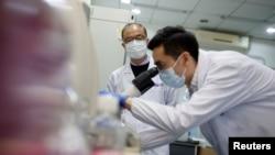 中国清华大学公共卫生研究中心的科学家在研发可能用于治疗新冠病毒的药物。(2020年3月30日)