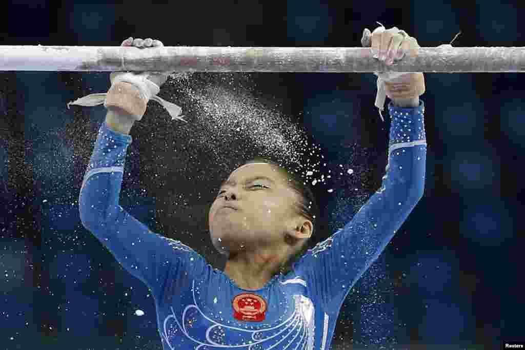 인천 아시안게임에 출전한 중국 여자 체조 선수가 이단평행봉 경기를 마쳤다.